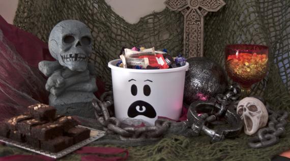 Sterilite-Pail-HalloweenBuffet